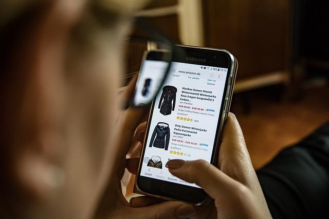 nakupování oblečení na mobilním telefonu