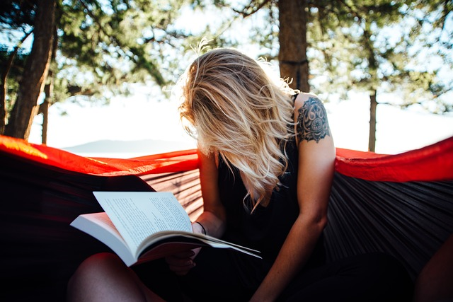 Žena, studium, atmosféra.