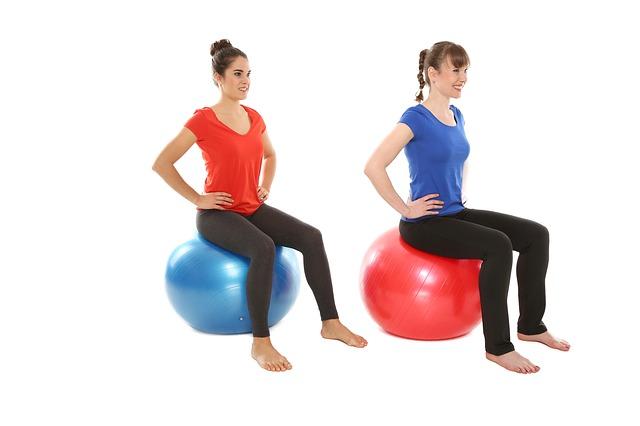 ženy cvičí na míčích